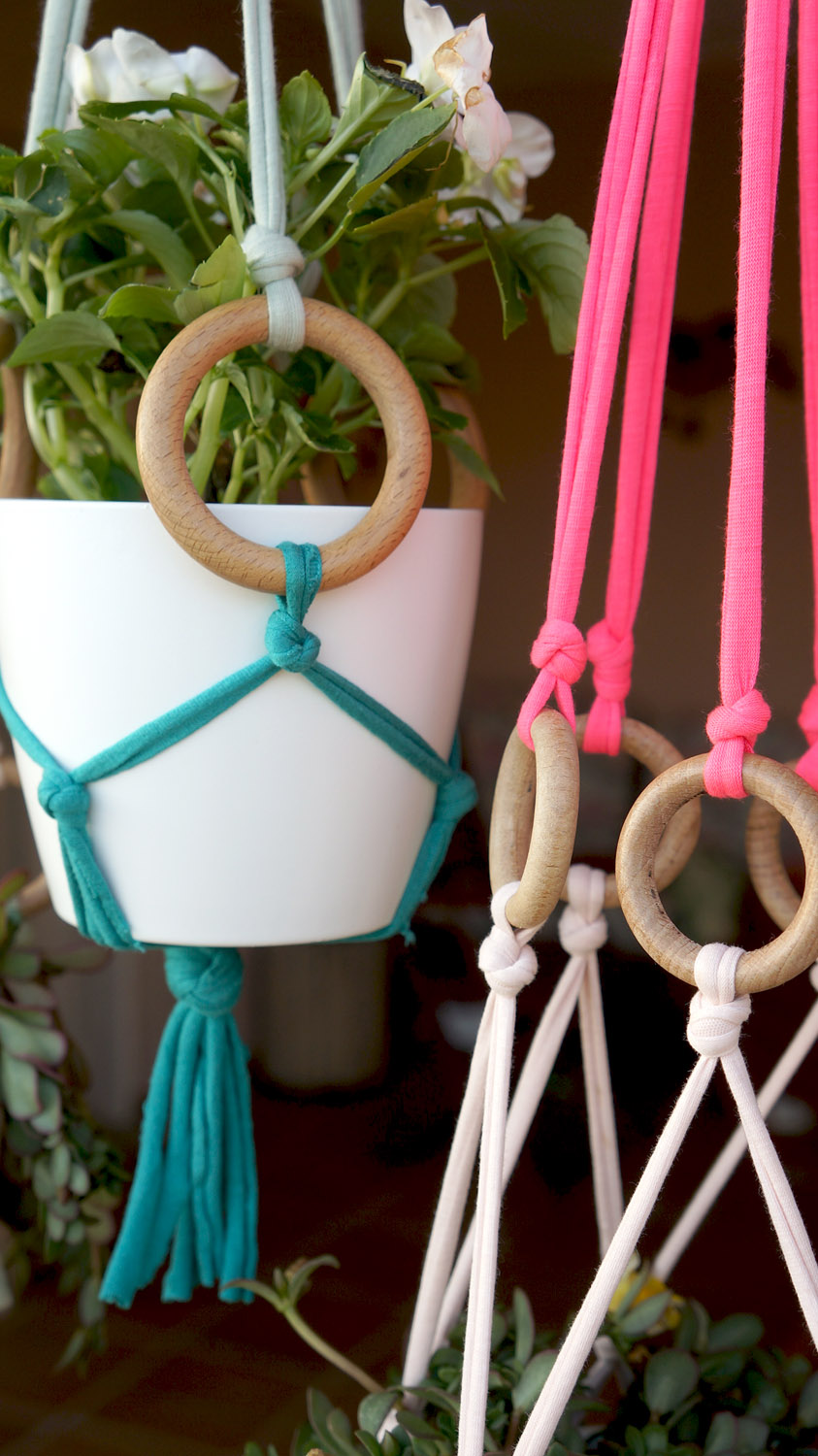 Diy maceteros colgantes de trapillo decoraci n online for Decoracion online